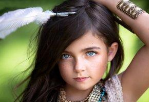 девочка, портрет, взгляд, веснушки, перо