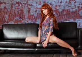 рыжая, девушка, платье, голубые глаза, диван, кирпич, стена