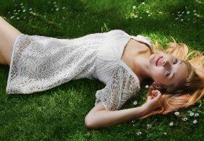 красивая девушка, белое платье, поза, зеленая трава
