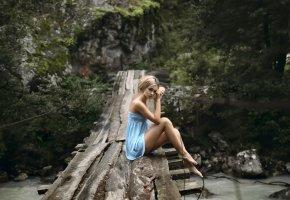 Обои мост, девушка, платье, ножки, взгляд