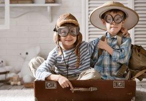 Обои дети, мальчики, асы, очки, шляпа, чемодан