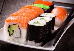 суши, роллы, палочки, тарелка, морепродукты