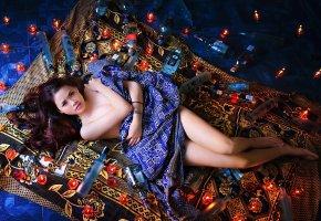 Обои девушка, поза, бутылки, азиатка, взгляд, ножки, свечи