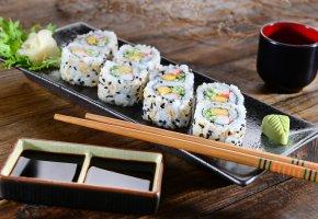Обои японская кухня, суши, роллы, имбирь, салат, соевый соус, палочки