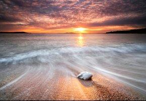 Обои море, вода, потоки, волны, камень, камни, берег, солнце, небо, закат