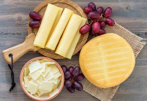 Обои натюрморт, сыр, виноград, еда, доска