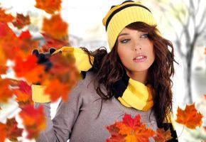Обои девушка, шатенка, осень, листья, шапка, шарф, желтый