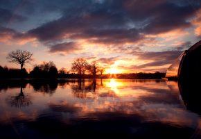 Обои солнце, облака, вода, отражение, небо, деревья