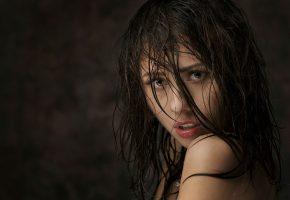 Обои девушка, взгляд, красивая, волосы, мокрая, глаза