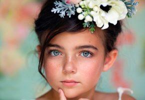 Обои девочка, портрет, веснушки, венок, глаза