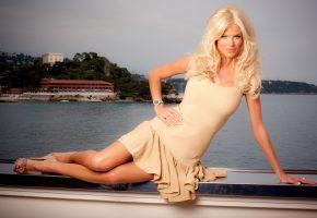 victoria silvstedt, лежит, блондинка, смотрит, вода, бухта, небо