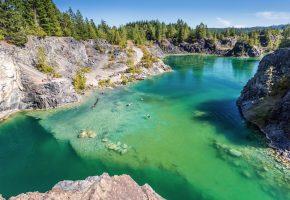 Обои озеро, лето, скалы, лес, река, вода