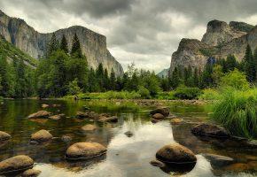 Обои река, камни, трава, деревья, горы, скалы, небо, облака