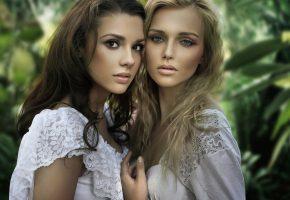 Обои девушки, пара, позирует, красавицы, блондинка, брюнетка