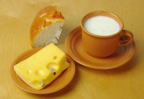 Обои молоко, сыр, хлеб, булка, чашка, блюдце
