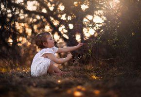 Обои девочка, природа, солнце, ребенок, платьице, ручки