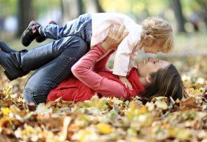 Обои девушка, улыбка, ребенок, счастье, осень, кудряшки, парк, листва