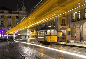 Обои Lisbon, Portugal, город, ночь, трамвай, желтый, огни, рельсы