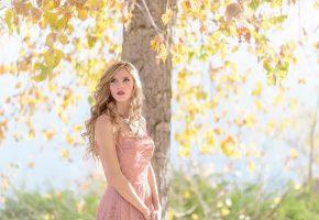 Обои взгляд, волосы, платье, солнце, осень, листья