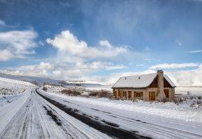Обои дорога, снег, дом, облака, холод