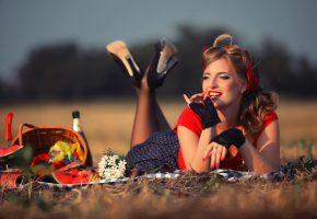 Обои женщина, красивая, в поле, одна, лежит, корзина, еда, ожидание