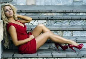 Обои девушка, платье, красное, туфли, ножки, блондинка