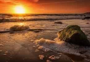 Обои закат, море, волны, берег, пена, камень, пейзаж