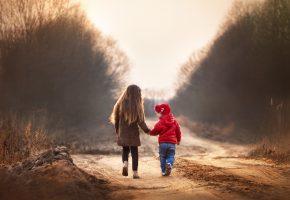 Обои дорога, грунт, дети, девочка, мальчик, идут, осень, прохладно