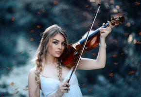 Обои девушка, красивая, скрипка, смычок, пальцы, косы, рука