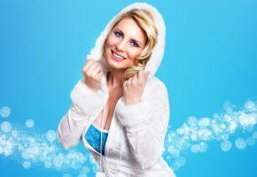 Обои блондинка, взгляд, улыбка, капюшон, снегурочка