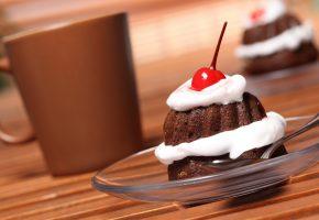 Обои крем, шоколад, десерт, сладкое, вишня, пирожное