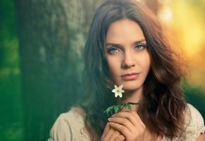 Обои девушка, взгляд, портрет, личико, милая, цветок