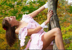 Обои девушка, шатенка, профиль, заколка, платье, лямки, дерево, лес, листва, осень