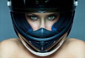 Обои девушка, зеленые глаза, ресницы, взгляд, лицо, шлем, плечи, фон