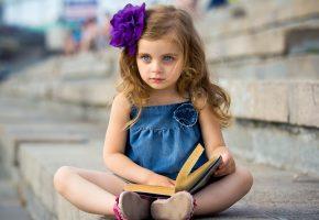 Обои девочка, ребенок, книга, настроение, платьице