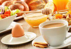 Обои кофе, мюсли, печенье, мед, фрукты, яйцо, чашка