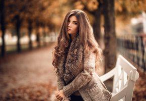 Обои Девушка, осень, парк, лавочка, взгляд, шарф, кофта, аллея, деревья, листья