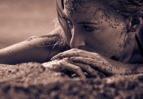 Обои портрет, лицо, девушка, рука, макро, песок