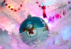 Обои Елочная игрушка, снеговик, ветки, праздник, новый год