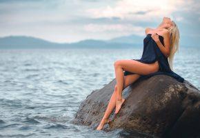 Обои девушка, камень, вода, ножки