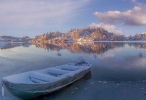 озеро, зима, лодка, лед, дома, холмы, снег