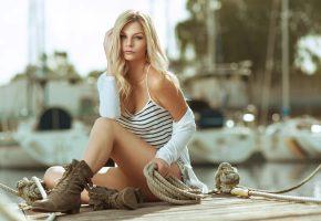 Обои девушка, взгляд, лодка, канат, пристань, блондинка