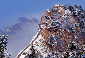 гора Хуашань, провинция Шэньси, Китай, скала, дом, пагода, зима, снег, деревья, туман