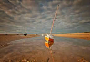 Обои небо, облака, море, отлив, берег, лодка