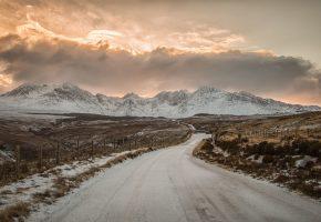 Обои дорога, поле, горы, снег, зима, облака, небо, солнце
