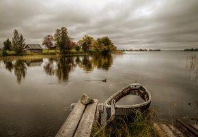 Обои лодка, причал, осень, река, дом, деревья, утка