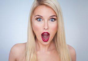 Обои Scarlett Scream, девушка, крик, эмоция, восхищение