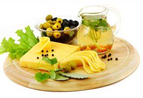 Обои Cheese, Jug, tea, сыр, оливки, чай, зелень