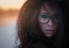 Обои портрет, девушка, очки, кудряшки, взгляд