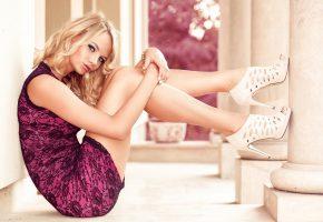 Обои колонны, блондинка, модель, платье, ножки, девушка, туфли